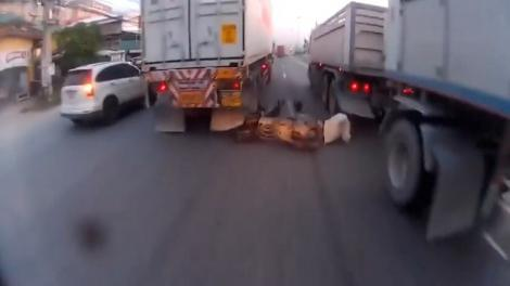 بالفيديو.. سائق دراجة يخاطر بنفسه ويواجه عجلات شاحنتين