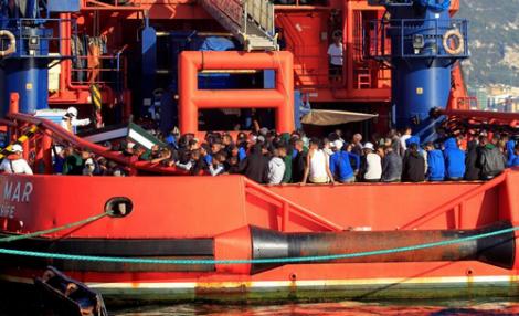 البحرية الفرنسية تشارك في عملية انقاذ مهاجرين ابحروا من سواحل الريف