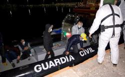 ابحروا من الحسيمة.. خمسة شبان يصلون الى اسبانيا في قارب صغير