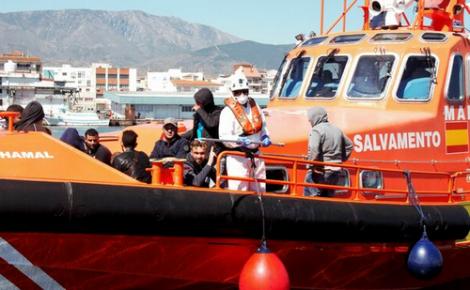 البحرية الاسبانية تنقذ 17 مهاجرا من الريف ابحروا في قاربين