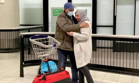 فرحة ممزوجة بالدموع في استقبال عالقين بالمغرب بمطار امستردام (صور)