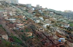 """الحسيمة.. السلطات تقدم بديل لساكنة """"اشاون"""" وتتهم سماسرة العقار بالتحريض"""