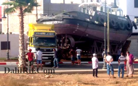 الحسيمة.. شاحنة كبيرة تحمل قارب تتسبب في قطع الطريق الوطنية باجدير