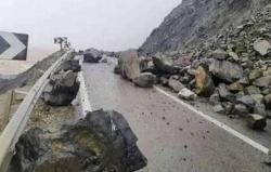 انقطاع الطريق الساحلية بين الحسيمة وتطوان بسبب الفيضانات وتساقط الاحجار
