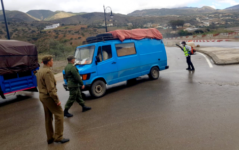 كورونا .. اطلاق عملية لتعقيم عربات نقل البضائع بمدخل إقليم الحسيمة (صور)