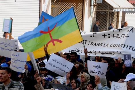 """""""أزطّا أمازيغ"""" تطالب بنصوص قانونية تـُجرّم التمييز اللغوي والعرقي"""