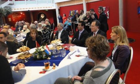السفير المغربي بهولندا يكرم مهاجرين مغاربة من الجيل الأول