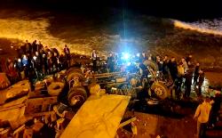 الحسيمة.. شاحنة كبيرة تهوي من منحدر وتسقط في شاطئ صباديا