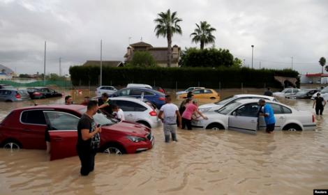 مصرع 5 اشخاص واجلاء الالاف اثر فيضانات جنوب شرق اسبانيا (فيديو)