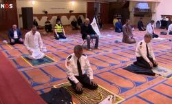 صور عناصر شرطة يصلون في المساجد يثير الجدل في هولندا