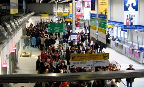 الشرطة الألمانية تتدخل لإحتواء إحتجاجات بمطار فرانكفورت بعد اإلغاء رحلة إلى الناظور