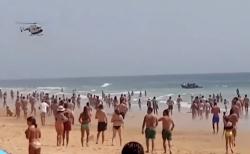 زورقٌ للمهاجرين المغاربة يرسو على شاطئ إسباني وسط آلاف السياح (فيديو)