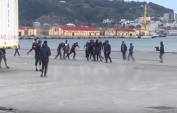"""اشتباكات بين """"حراكة"""" مغاربة وجزائريين في ميناء سبتة (فيديو)"""