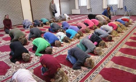 فيديو لإمام يلقن أطفالا هولنديين تعاليم الصلاة في مسجد يثير جدلا واسعا