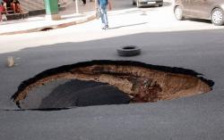 بعد اسبوع من تزفيته..ظهور حفرة كبيرة وسط شارع رئيسي بالحسيمة