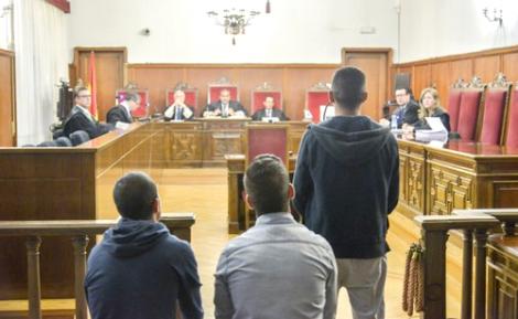 عقوبات قاسية تنتظر مغاربة رجموا مثليا بالحجارة في برشلونة