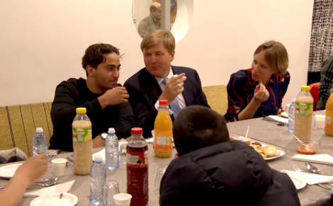 ملك هولندا يتناول وجبة افطار رمضان مع الجالية