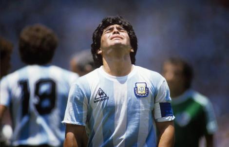 وفاة أسطورة كرة القدم الأرجنتيني دييغو مارادونا عن عمر ناهز 60 سنة