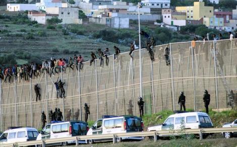 مهاجرون يتمكنون من دخول مليلية المحتلة بعد اجتياز السياج الحديدي