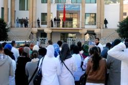 الطلبة الممرضون يحتجون أمام بلدية الحسيمة احتجاجا على مرسوم الوردي