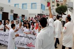 خريجو معهد تكوين الاطر الصحية بالحسيمة يواصلون احتجاجاتهم