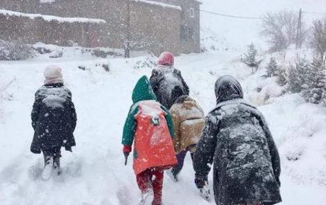 الحسيمة .. الثلوج وكورونا يعجلان بنهاية الدورة الأولى بالعشرات من المؤسسات التعليمية
