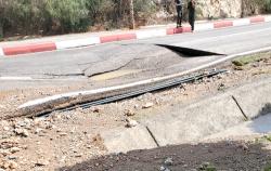 انفجار قناة للماء يتسبب في انهيار الطريق بمدخل مدينة الحسيمة (فيديو)