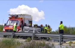 إصابة أكثر من 30 مغربيا في حادث اصطدام حافلة بشاحنة في اسبانيا