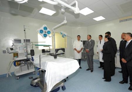 الملك محمد السادس اثناء تدشين مستشفى تارجيست