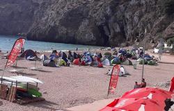 """سلطات الحسيمة تتدخل لإنهاء """"التخييم العشوائي"""" بشاطئ كيمادو"""