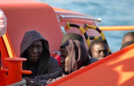 إعتراض 104 مهاجر حاولوا العبور سباحة لسبتة وإنتشال جثتين