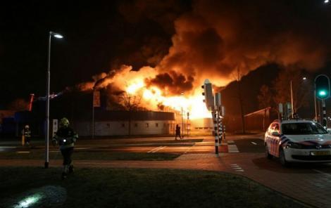 حريق يأتي على مبنى كان سيتم تحويله إلى مسجد بهولندا (فيديو)