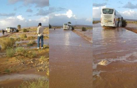 سائق حافلة انطلقت من الناظور يغامر بحياة المسافرين وسط السيول